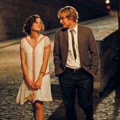 'Midnight in Paris' - The Best Romantic Movies You Can Watch on Netflix Right Now - Photos. I hope Chris might like this. Will have to watch it before seeing him - the grumpy little shit. Roaring Twenties, The Twenties, Best Romantic Movies, Funny Romance, Owen Wilson, 20s Fashion, Wedding Crashers, Sweet Style, Girls Night