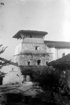 """ALCANCE Y CONTENIDO: Iglesia de San Miguel de AginagaNOTAS: En el negativo, en el reverso, manuscrito, de mano del autor """"Aguinaga (Eibar)""""En el positivo, en el reverso, manuscrito, de mano del autor """"Aguinaga (Eibar). La primitiva torre de la Iglesia de Aguinaga (Eibar)"""", y con sello estampado """"OJANGUREN. EIBAR""""VOLUMEN Y SOPORTE: 1 fotografía en blanco y negro, negativo en placa de vidrio, positivo en papel"""