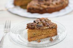 Toffeinen pekaanipähkinöillä saa täytteeksi karamellisoitua maitotiivistettä - resepti hellapoliisi.fi Toffee, Tiramisu, Delicious Desserts, Nom Nom, Pie, Tasty, Baking, Ethnic Recipes, Food