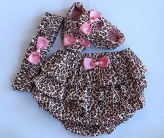 Kit em tecido 100% algodão com estampa em oncinha. <br>P <br>M <br>G <br>Para encomendas tenho P, M e G que vai de 0 até 1 ano. <br>P- 0 a 3 meses <br>M- 3 a 6 meses <br>G- 6 a 12 meses <br> <br>Sendo que o sapatinho vai até 8 meses, pois, são para bebês que ainda não andam. <br> <br>Tamanho do Soladinho: <br> <br>Tamanho P: 9 cm ( 0 até 3 meses) <br>Tamanho M: 10 cm (3 até 6 meses) <br>Tamanho G: 11cm (4 até 8 meses)