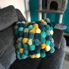 Pom Crafts This super comfortable pom-pom cushion cover contains 64 pom-poms! Handmade Cushions, Diy Pillows, Cushions To Make, Throw Pillows, Crafts For Teens To Make, Diy And Crafts, Yarn Crafts, Fabric Crafts, Christmas Pom Pom Crafts