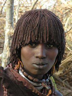Hamer vrouw uit het boek over Ethiopië vol reisverhalen van Ine Andreoli. De uitgave heeft verschillende kleurenafbeeldingen. Boeken uitgever: www.boekenplan.nl