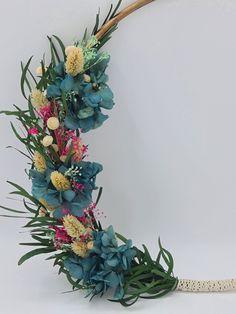 Marzo y vamos a hablar de las hortensias para los ramos de novia | Flores Akita Akita, Floral Wreath, Wreaths, Plants, Crystal Vase, Design Styles, Floral Decorations, Pop Of Color, Hydrangeas