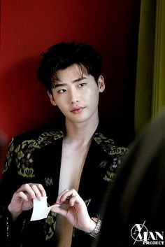 Lee Jong Suk lays on the charms even in the behind-the-scene cuts of his photoshoot with 'Esquire' Lee Jong Suk Cute, Lee Jung Suk, Asian Actors, Korean Actors, Korean Dramas, Korean Men, Up10tion Wooshin, Kang Chul, Taehyung