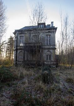 Image in tv ; scooby doo collection by . Abandoned Farm Houses, Old Abandoned Buildings, Abandoned Property, Old Buildings, Abandoned Places, Old Houses, Spooky Places, Haunted Places, Old Mansions