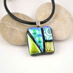 Mønstret anheng av dichroic glass 2 #handcrafted #glas #pendant #dichroic #jewelry #jewellery