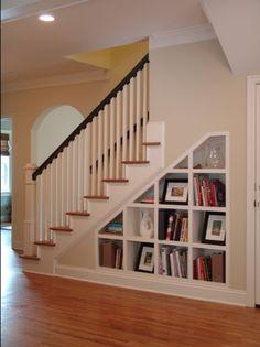 Quem tem  escada e m casa convive com o espaço que se forma abaixo dos degraus , e o que fazer com ele: um  jardim, um lavabo, um ...