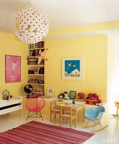 amanda-peet-house-vogue-girls-room-yellow-pink