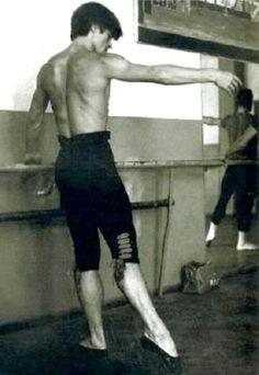 Rudolf Nureyev at the Barre \\ Rudolf Nureyev (March 1993 year) Male Ballet Dancers, Ballet Boys, Ballet Class, Ballet Barre, Rudolf Nureyev, Shall We Dance, Lets Dance, Margot Fonteyn, Mikhail Baryshnikov