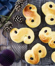 Luciabollerne er krydret med safran og er kendetegnet ved den særlige S-form. I Sverige kaldes luciaboller også for lussekatter og serveres traditionelt den 13. december på luciadag eller juleaftens morgen.