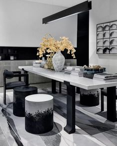 Black and white decor🖤⚪️ Dining Furniture, Table Furniture, Furniture Design, Dining Room Design, Dining Area, Dining Table, Interior Exterior, Interior Design, Beautiful Living Rooms