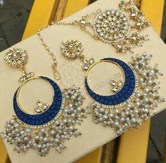 Chandbali earrings n maangtika Indian Jewelry Earrings, Jewelry Design Earrings, Indian Wedding Jewelry, Royal Jewelry, Jewelry Sets, Bridal Jewellery, Ethnic Jewelry, Indian Bridal, Stylish Jewelry