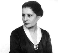 LISE MEITNER Nació en 1878 y murió en 1968.Se estableció en Berlín, donde trabajó como ayudante de Planck y midió las longitudes de onda de los rayos gamma.En 1917 fue profesora de física.Descubrió el protactinio, de símbolo Pa y número atómico 91.Este descubrimiento allanó de manera extraordinaria el camino para lograr de forma práctica la liberación de la energía atómica.Fue una de las figuras más importantes de la física moderna.