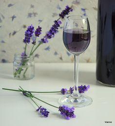 Egy nagyon gyorsan elkészíthető szirup, amit aztán sokszínűen hasznosíthatunk. Különlegessé tesz egy pohár pezsgőt vagy száraz bort, limoná... Lavander, Lavender Flowers, Lavender Fields, Cocktail Drinks, Alcoholic Drinks, Malva, Flower Food, Hungarian Recipes, Lilac Color