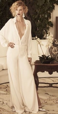 Chic white silk look with a sting of long white pearls. Very femme. Glamour, White Outfits, White Fashion, Editorial Fashion, Style Me, Hair Style, Dress Up, Classy, Street Style