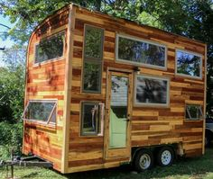 This is Daniel Weddle's music studio tiny house on wheels. He's a carpenter who built it to pursue his dreams of being a traveling musician. And together with his brand, The New Hoosier… Tiny House Swoon, Small Tiny House, Tiny House Living, Tiny House On Wheels, Small Houses, Small Living, Tiny Cabins, Cabins And Cottages, Jacuzzi