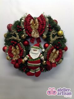 GUIRLANDA NATALINA com borboletas brilhantes    Natal esta chegando?  É hora de decorar a sua residencia, comercio, etc?  Então vamos decorar a sua porta de entrada com uma GUIRLANDA LINDA      DESCRIÇÃO:    - Guirlanda de 60 cm X 60cm, com um lindo papai Noel central, decorada com 02 renas douradas com glitter , e várias bolas dourada, vermelhas e pequenas maçãs, e para finalizar fitas sofisticadas aramadas que não deformam, amassou.....é só ajeitar com carinho e esta linda!    - ILUMINAÇÃO…