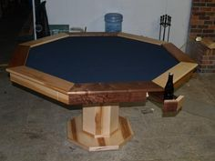 Poker table with hiding beverage holder I love the cup holders Poker Table Diy, Round Poker Table, Poker Table Plans, Diy Table, Desk Plans, Board Game Table, Table Games, Game Tables, Diy Wood Projects