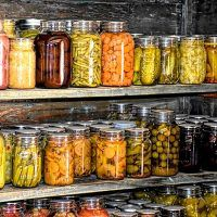 To store your abundant harvests you should install a modern root cellar. We share the principles which make a root cellar work for you to easily create one. Prepper Food, Survival Food, Survival School, Survival Skills, Canning Equipment, Emergency Food Storage, Sauerkraut Recipes, Home Meals, Freeze Drying Food