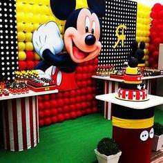 Se tem uma decoração que não sai de moda é a do Mickey, assim como a da sua companheira Minnie. Isso é muito bom, pois além de ser atemporal é uma decoração facílima de fazer, independente se você está procurando decoração para sua festa ou para o quarto do seu filho. As cores são muito …