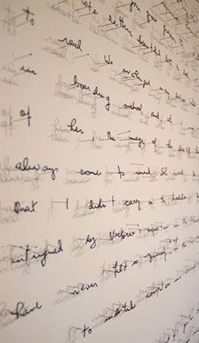 Annie Vought, titre inconnu. (1977-) Fascinée par les mots et les signes, cette artiste américaine les fait sortir du cadre au moyen de savants découpages et épinglages, et leur fait raconter une histoire intrigante, à base de creux et de pleins, de matière et d'ombres projetées.