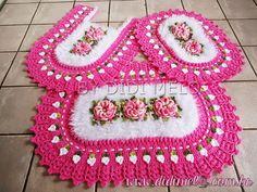 Jogo de banheiro delicado Mais Crochet Mat, Crochet Bunting, Crochet Home, Crochet Wall Hangings, Crochet Kitchen, Crochet Instructions, Bathroom Sets, Crochet Accessories, Doilies