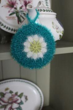 오랫만에 수세미 포스팅이에요~ 지난 포스팅의 방울방울수세미는 꽃 두장이 붙어있는도안이라 실제 쓸때는 ... Crochet Kitchen, Crochet Home, Knit Crochet, Knitting Patterns Free, Free Pattern, Scrubby Yarn, Girly M, Crochet Earrings, Bubbles