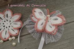 Bomboniera a forma di farfalla a uncinetto Crochet Bookmark Pattern, Crochet Bib, Crochet Bookmarks, Crochet Girls, Crochet Baby Clothes, Newborn Crochet, Thread Crochet, Crochet Motif, Crochet For Kids