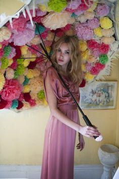 très sympa cette idée:  fleurs en papier crépon sous un parasol :)