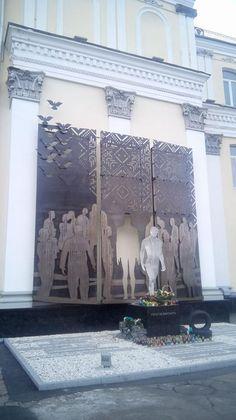 Victoria Sydorova  · 1 грудня ·    Памятник Небеснiй Сотнi в Житомирi. Креативный! Не залишае байдужими! Вночi пiдсвiтлюється й взагалi вражає! Як на мене, один з найкращих, якi я бачила.  Сьогоднi чотири роки тому почалася Революцiя Гiдностi... памятаємо