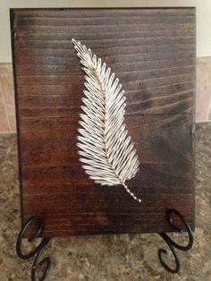 Schnur-Kunst-Feder A simple feather that is beautifully handcrafted and strung.) string art feather board Standard board is stained dark walnut, Anchor String Art, String Art Diy, String Crafts, Leaf Projects, Art Projects, Arte Linear, String Art Patterns, Creation Deco, Thread Art