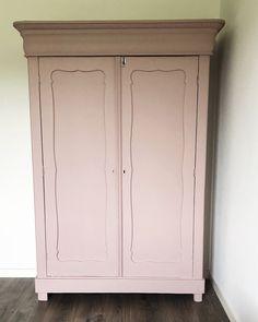 Een oude Biedermeier kast opgeknapt en geverfd met roze krijtverf Vintage Powder en Faded Rosé. Door de matte uitstraling van de krijtverf geeft dit een stoere uitstraling aan een interieur. Roze slaapkamer, roze industrieel interieur. Interior And Exterior, Interior Design, Buffet, Chalk Paint Furniture, Girls Bedroom, Baby Room, Armoire, New Homes, Credenza