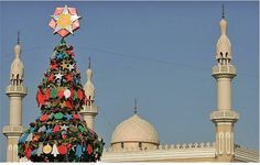 A Christmas tree in front of a mosque in Dubai