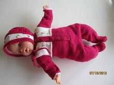 opskrifter til dukker. strikkeopskrift nr 4 til Baby Corolle dukke på 36 cm. er en heldragt med kyse blomster i pink og hvid med Millefleursting og franske knuder