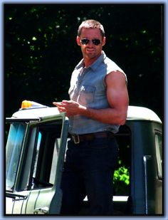 The only person on the planet who can pull off a farmer's tan. Hugh Michael Jackman, Hugh Jackman, Farmers Tan, Salon Names, Australian Actors, Hollywood, People Magazine, Video New, Country Boys