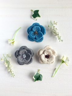 3枚のお花を一枚ずつ刺繍して重ねたブローチです。落ち着いた色味のお花の中心にはビーズを刺しました。立体的でふっくらとした質感はあたたかみがあり、これからの季節によく合います。ニットや帽子にもぜひ合わせてみて下さい。サイズ 約4.5cm刺繍糸、フエルト、ビーズ、金具「冬支度ハンドメイド2016」*お色は3色の中から備考欄にてご希望のお色をお知らせ下さい(ブルー、グレー、ベージュ)*受注製作になります。発送まで7日ほどお時間をいただきます