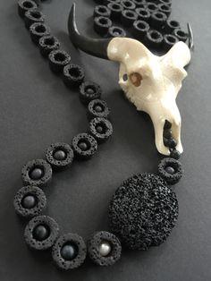 Lava collier, bone skull Lava, Bones, Pearl Necklace, Skull, Pearls, Jewelry, Fashion, Jewlery, Moda