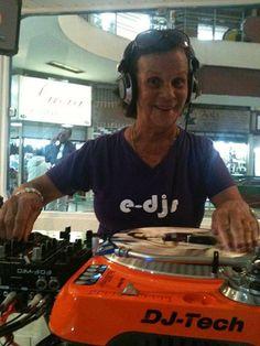 .: Aos 89 anos, DJ participa de workshop gratuito para mulheres