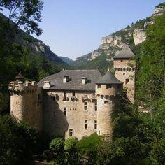 chateau de la caze situe dans les gorges du tarn il est aujourd'hui utilise comme hotel sa construction date du XVe siecle a l'origine c'est une maison forte voulue par Soubeyrane Alamand et Guillaume de Montclar