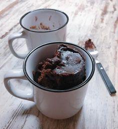 C h o c o M u g    Os dejo la Receta del Mug Cake de Chocolate que hemos preparado en el directo de hoy. Espero que os guste.  MUG CAKE DE CHOCOLATE:  4 cucharadas soperas chocolate en polvo sin azúcar.  5 cucharadas soperas de azúcar.  4 cucharadas soperas harina.  1 huevo.  3 cucharadas soperas de aceite.  4 cucharadas soperas de leche.  1 pizca sal.  1 pizca levadura. Mezclamos en un bol el huevo y el azúcar. Añadimos el aceite y la leche. Tamizamos los ingredientes secos (harina levadura…