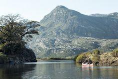 Um passeio de canoa - Lapinha da Serra, MG. #serradocipo #lapinhadaserra #minasgerais #montanha #lagoa #canoa #agua #photo #marcelocoelho #reallife #lifestyle #travel #people  @marcelocoelhofotografia www.marcelocoelho.com