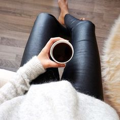 20 Ways To Wear Leather Leggings With Your Outfit This casual leather leggings outfit is so cute for lounging in the fall or winter! Legging Outfits, Leather Leggings Outfit, Black Leather Leggings, Leather Skirts, Black Pants, Vogue Uk, Vogue Russia, Fall Winter Outfits, Autumn Winter Fashion