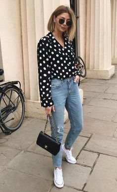 30 Comfy Outfits That Are Perfect For Fall how to style a polka dots shirt : white converse jeans bl Simple Outfits, Chic Outfits, Fall Outfits, Fashion Outfits, White Converse Outfits, Looks Jeans, Trendy Swimwear, Cute Jeans, Mom Jeans