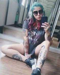 Essa é a linda da @cammybez passando na sua TL pra desejar um bom dia. #tattoo #tattooedgirls #girl #girlswithtattoos #tatuagem