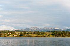 Der gern besuchte Ferienort Stephanskirchen liegt inmitten einer reizvollen bayerischen Voralpenlandschaft. Der Simssee mit seinen verträumten Ufern ruht am Fuße der imposanten Alpenkette der Chiemgauer und Inntaler Berge. Die unverfälschte Natur lädt zum erholsamen Verweilen oder zum erfrischenden Bad im Simssee ein. Die bis an den See heranreichenden Wälder bieten eine Vielzahl herrlicher Spazierwege und Wanderungen durch die Natur und das Landschaftsschutzgebiet.