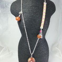Sautoir original  chaîne en métal argenté, cabochon  verre ovale ,marron et rose ,petit lutin ,10 cm de ruban brodé
