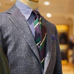 BEAMS F 店内トルソーのVゾーン。デニム素材のスーツのタイドアップスタイル。デニムというスポーティな素材感に合わせた、ギンガムチェックとレジメンタルタイの相性が抜群に良いです。