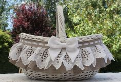 Discover recipes, home ideas, style inspiration and other ideas to try. Handmade Decorations, Handmade Crafts, Diy And Crafts, Wedding Gift Baskets, Money Box Wedding, Wicker Picnic Basket, Wedding Bottles, Sewing Baskets, Flower Girl Basket