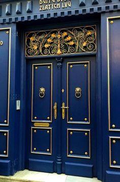 Shades of Blue Front Door Designs to Pretty Up Your Home 10 Best Practices for Blue Front Door Ideas Cool Doors, Unique Doors, Entrance Doors, Doorway, Door Entry, Door Gate, Front Doors, Door Knockers, Door Knobs