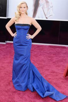 Resse Witherspoon, otra que emula el glamour del viejo Hollywood con look a lo Veronica Lake. El vestido con escote balconette en azul klein es de Louis Vuitton.